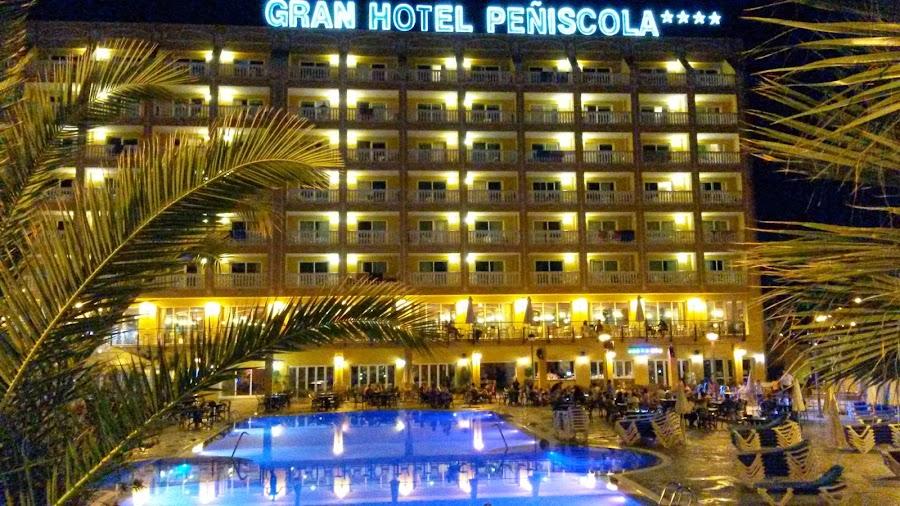 Vista nocturna de la entrada del hotel y su piscina