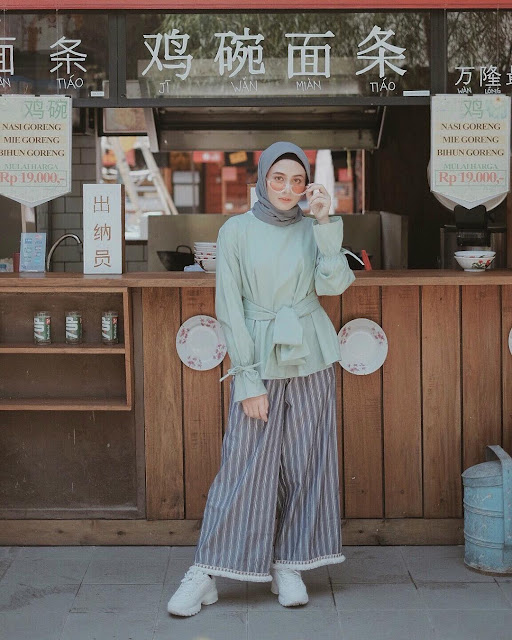 Outfit Baju Atasan Berhijab Ala Selebgram 2018 top blouse hijau tosca pita hijab segiempat abu sedang ciput hitam pallazo cullotes stripe abu tua boho sneakers kets putih gaya casual kain katun ootd outfit 2018 baju atasan terbaru gelas kaca lemari kayu rak piring mangkok