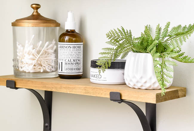 Bathroom shelf decor