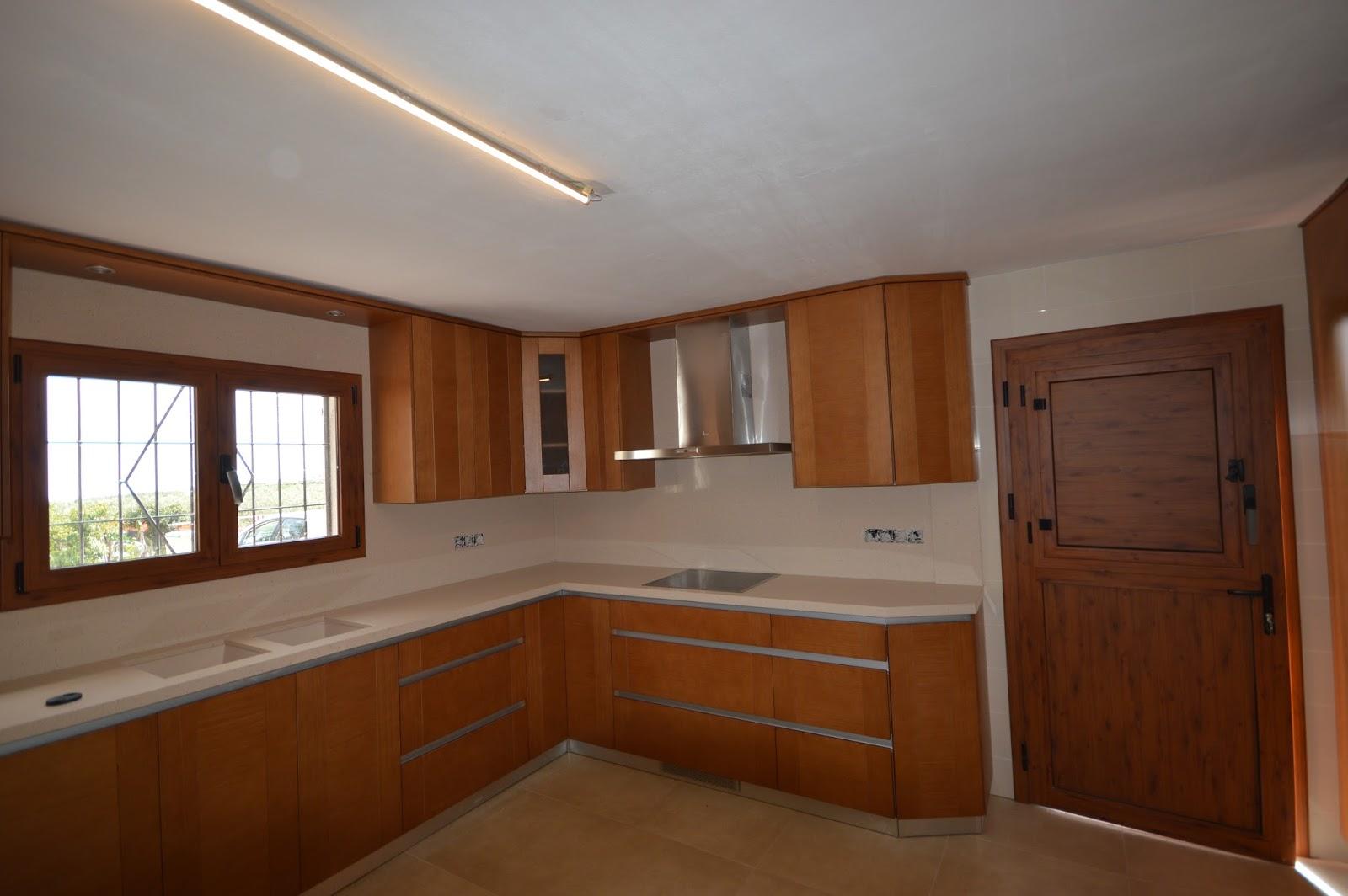 Reuscuina muebles de cocina de madera con gola for Muebles de cocina con