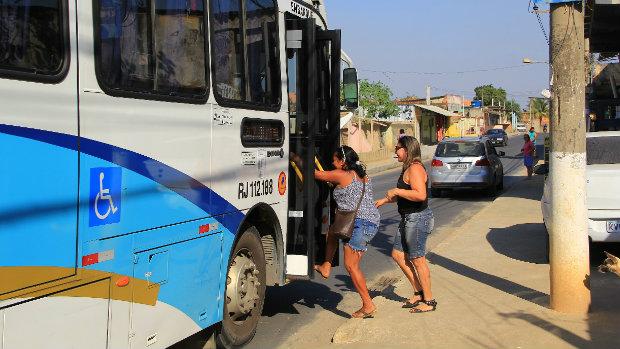 Moradores do bairro Itaipu em Belford Roxo comemoram novo asfalto