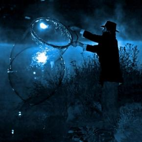 Ένας άντρας ψαρεύει μέσα στη νύχτα.