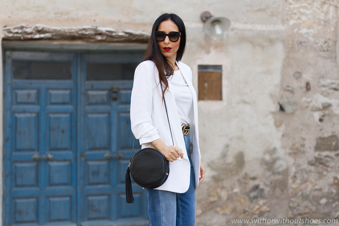 tendencias streetstyle Influencer blogger valencia con look comodo estiloso jeans mom fit chaqueta blazer y sandalias zuecos Pedro Miralles