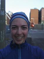 Coureuse souriante au centre-ville de Montréal
