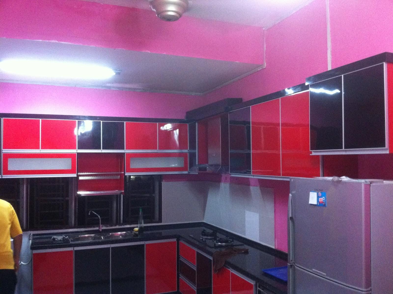 Kabinet Dapur Menggunakan Kemasan Formica Warna Hitam Dan Merah