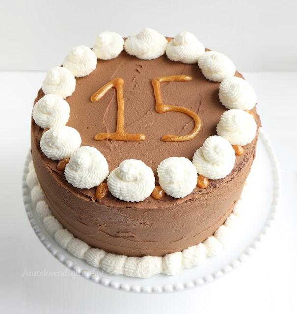 chocoladetaart zelf maken, stapel taart maken, recept stapel taart, taart van chocolade maken, decoratie stiften gebruiken voor taart, chocolademousse recept, recept chocoladetaart
