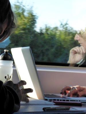 Hände, Technik, angedeutete Profile: Arbeitende im ICE