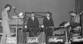 Fotografía en blanco y negro de Kraftwerk en concierto Alemania en 1976