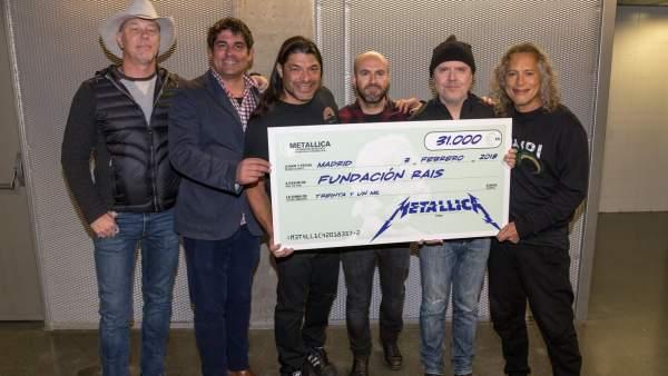 Imagen de la banda Metallica entregando el cheque a la Fundación Rais