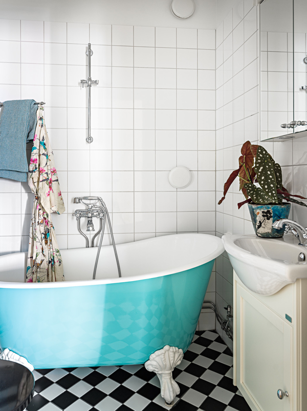 Love this blue claw foot tub- design addict mom