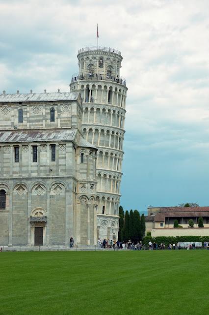 zdjęcia przechylonej Krzywej Wieży w Pizie