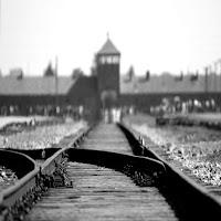 Auschwitz pone domande fondamentali su Dio e sull'uomo. Hans Jonas propone una interessante riflessione.