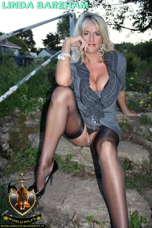 Sexy british blonde cam girl twerking and dancing in mirror
