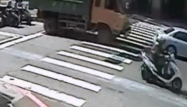 Chica Aplastada entre dos Camiones