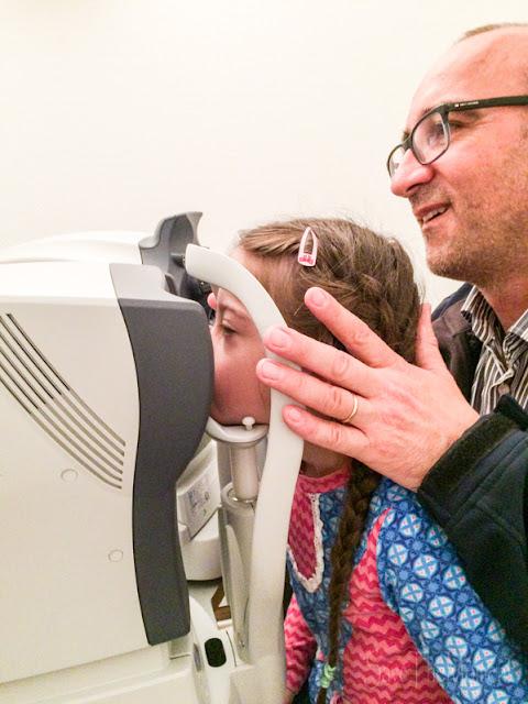 Jolina (Down Syndrom, 8) beim Augenarzt, beim Augen vermessen