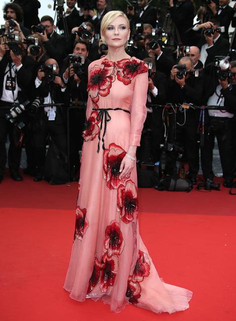 9177b3892dab Favorit skådespelerskan Kirsten Dunst bjöd på fina  outfit.Feminint,romantiskt blandat med en gul fin enkel 50-tals inspirerad  klänning.