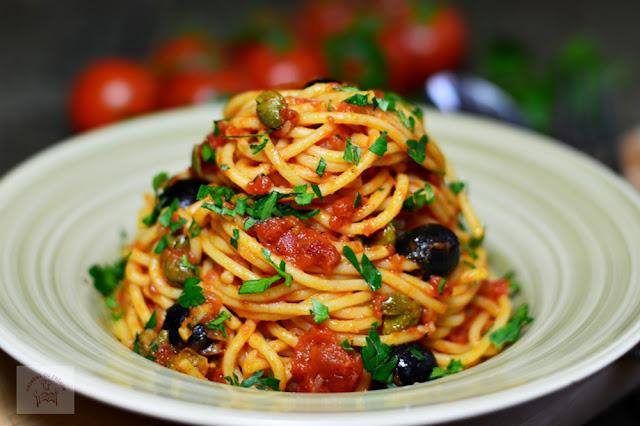http://www.caietulcuretete.com/2017/03/spaghetti-alla-puttanesca.html