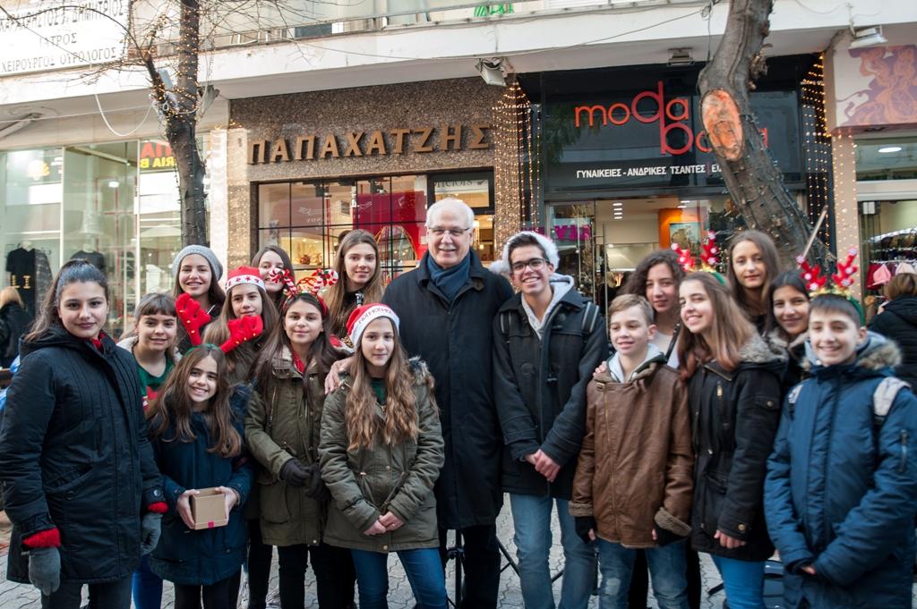 Η καθιερωμένη βόλτα του δημάρχου Λαρισαίων στην εμπορική αγορά Παραμονή Χριστουγέννων (ΦΩΤΟ)