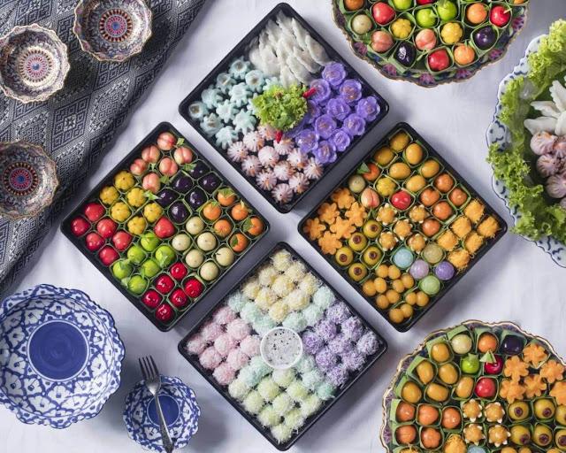 Đây có thể xem là một điểm rất đặc trưng trong ẩm thực Thái, bởi vì trong khi việc nhuộm màu thức ăn là việc của toàn thế giới, thì người dân Thái Lan lại nằm trong số ít những dân tộc có đam mê với màu sắc như thế.