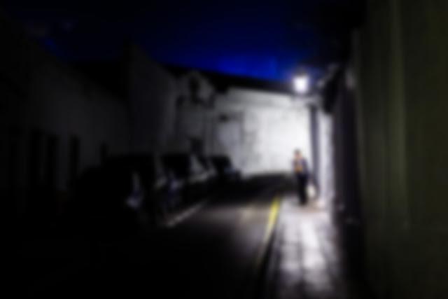 entornar los ojos para detectar zonas iluminadas