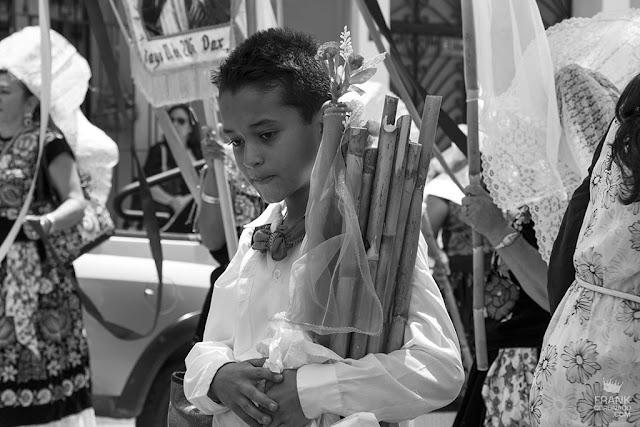 niño tehuano en procesion