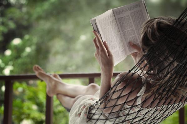 Ler livros na varanda de casa faz bem para mente (Imagem: Reprodução/Chega de Livros)