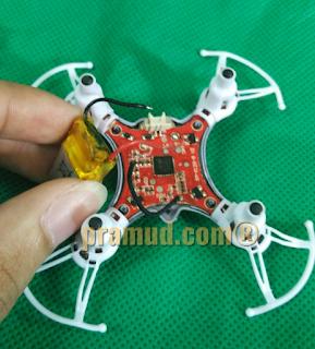 cara melepas dan mengganti baterai drone syma X12S