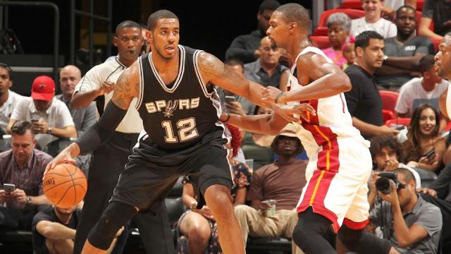 LaMarcus Aldridge au poste, défendu par Chris Bosh, lors d'un match NBA entre le Heat de Miami et les Spurs de San Antonio.