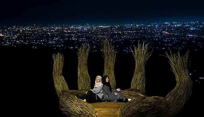 Foto Malam di Wisata Pinus Pengger, Bantul