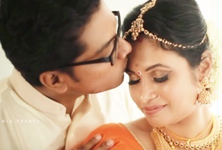 Aaro Nenjil Manjayi Wedding Video