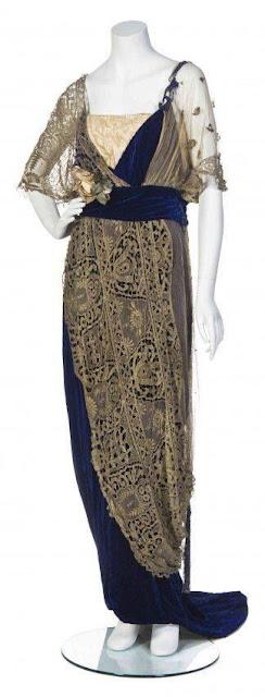 Vestido azul de veludo com tecido leve, moda em 1912 período eduardiano