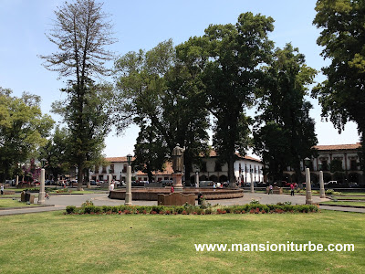 Plaza Vasco de Quiroga en Pátzcuaro al fondo Hotel Mansión Iturbe