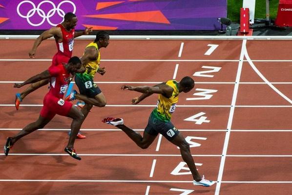 Lari jarak pendek atau lari sprint dilakukan dengan kecepatan penuh Inilah Teknik Lari Jarak Pendek (Sprint): 100 Meter, 200 Meter & 400 Meter