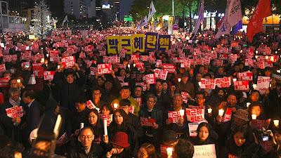Surcoreanos participan en una protesta antigubernamental en Seúl, la capital, 29 de octubre de 2016.
