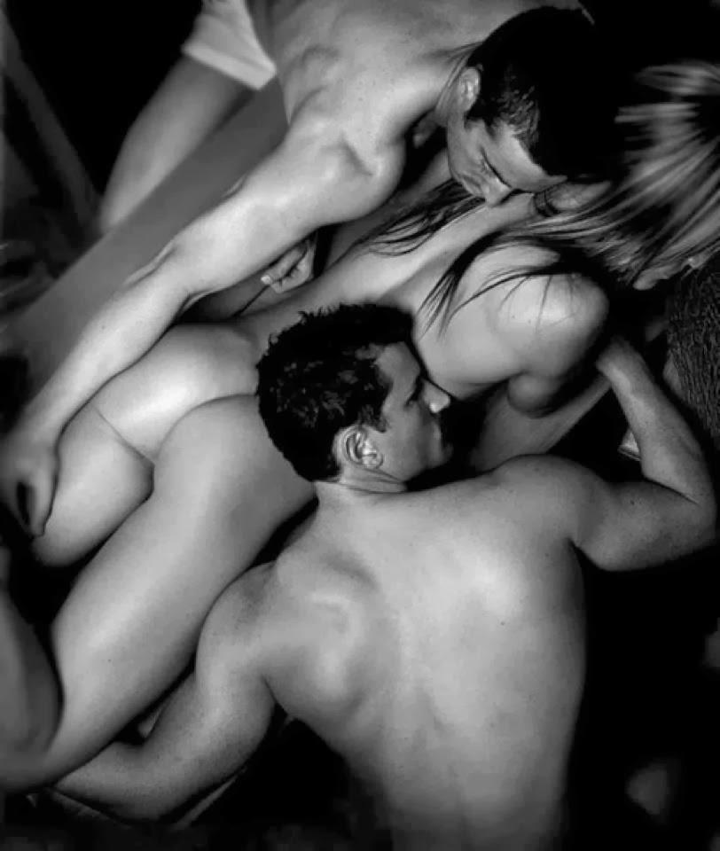 особо комплексовала,пока эротика двое мужчин и женщина увидел, что она