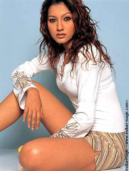Gauhar Khan thunder thighs, Gauhar Khan sexy legs, Gauhar Khan hot legs, Gauhar Khan thighs pics