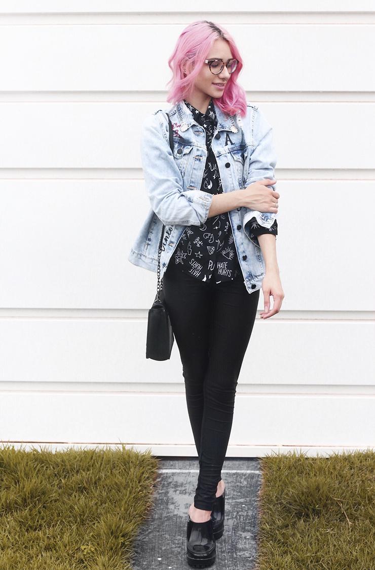 A jaqueta é outra peça da C A, que eu não largo mais! Por falar nisso, a  loja está com uma linha linda de jaquetas jeans que dá até vontade de  comprar tudo! 0016894873