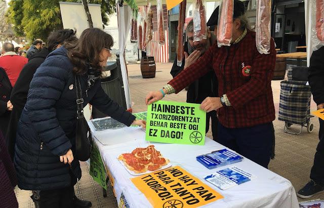 Berri-Otxoak reparte pinchos de chorizo contra el recorte en las ayudas sociales de 1.200 familias