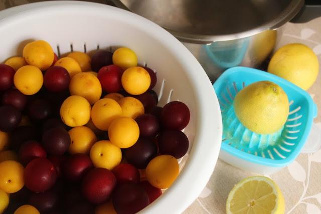 Ingredientes de la mermelada: ciruelas, el zumo de un limón y azúcar