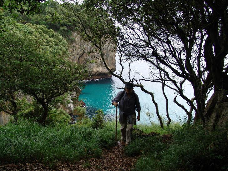 un peregrino asciende desde una cala en Asturias