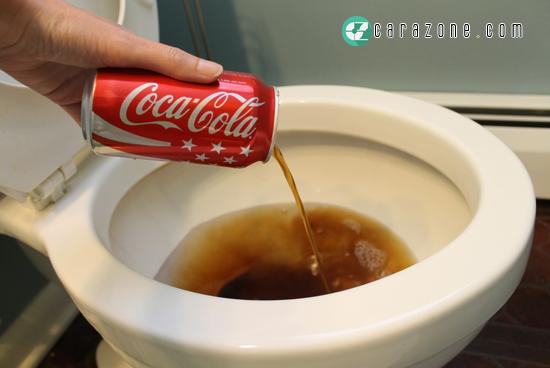 Cara Membersihkan Toiletmu Dengan Coca-Cola