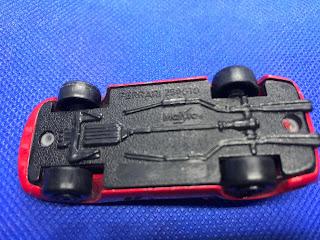 フェラーリ250GTO のおんぼろミニカーを底面から撮影
