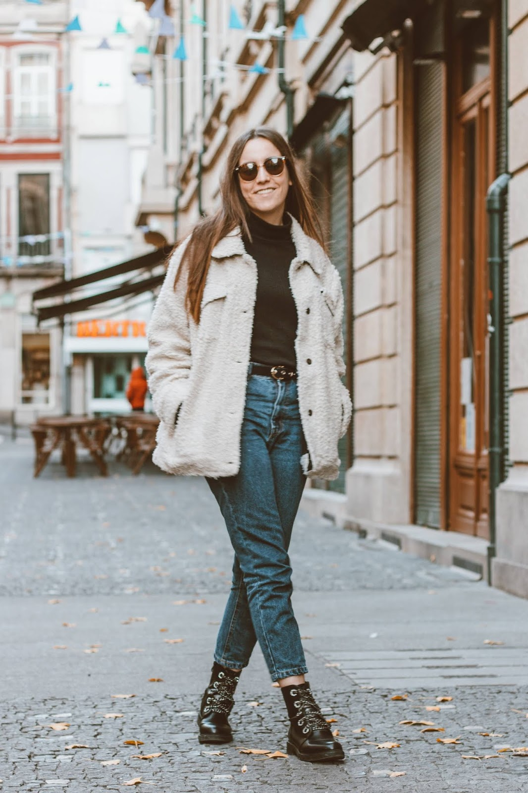 outfit_turtleneck_shirt_mom_jeans_teddy_coat_combat_boots