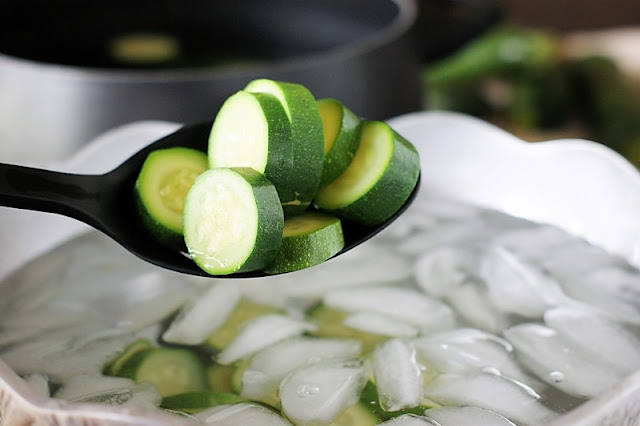 How to Freeze Zucchini Using an Ice Bath Image