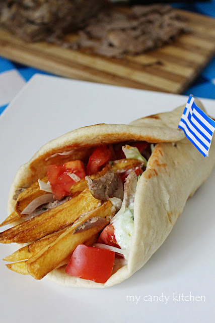 домашен гръцки гирос със свинско месо, пържени картофи, домати, лук, дзадзики, завит на руло