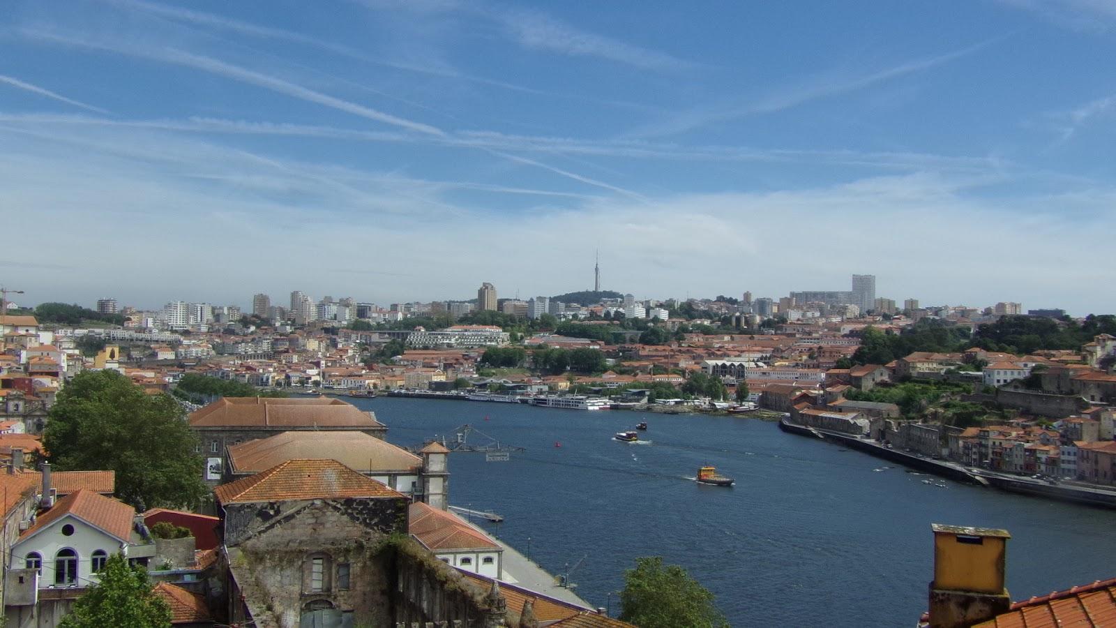 Dans Un Quartier Un Peu Plus Loin Que Le Centre Ville, On Peut Visiter La  Casa Da Música (la Maison De La Musique), Un édifice Emblématique De Porto.