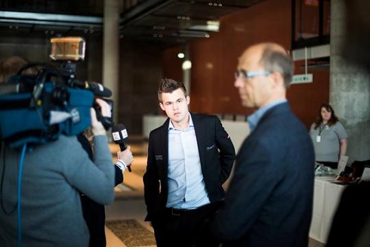 Magnus Carlsen s'incline face à Aronian - Photo © site officiel