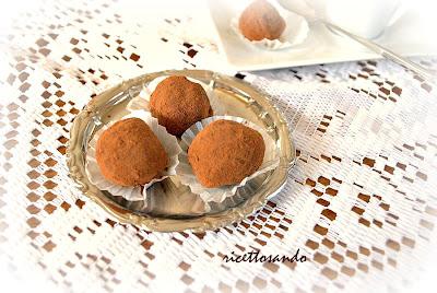 Tartufini di ricotta al caffè ricetta bonbons dolci ricoperti di cacao