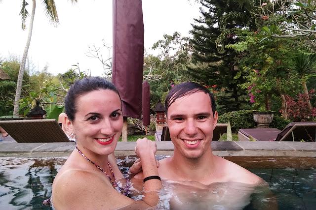 Nosotros en la piscina infinita del Hotel Bunga Permai de Ubud (Bali)