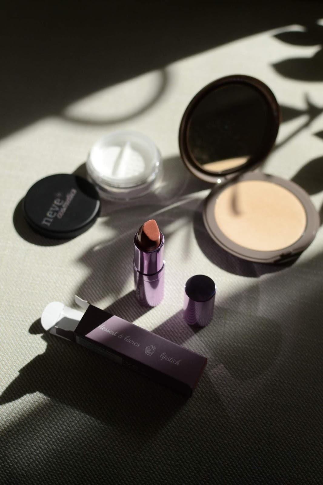 Kosmetyki do makijażu marki Neve Cosmetics: podkład w kompakcie, puder matujący i pomadka